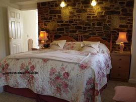 Downstairs bedroom with en-suite (© cornwall cottage rental).